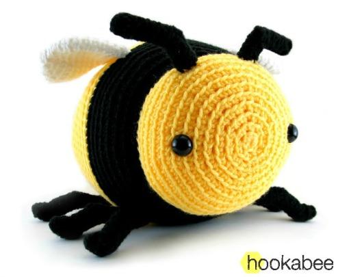Bobby the bumble bee amigurumi crochet pattern by @hookabee crochet (www.hookabee.com) #crochet #amigurumi #bumblebee #bee #pattern #stuffedanimal